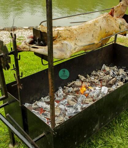 Мясо ягненка на вертеле на углях в Москве. Заказать барана на вертеле.